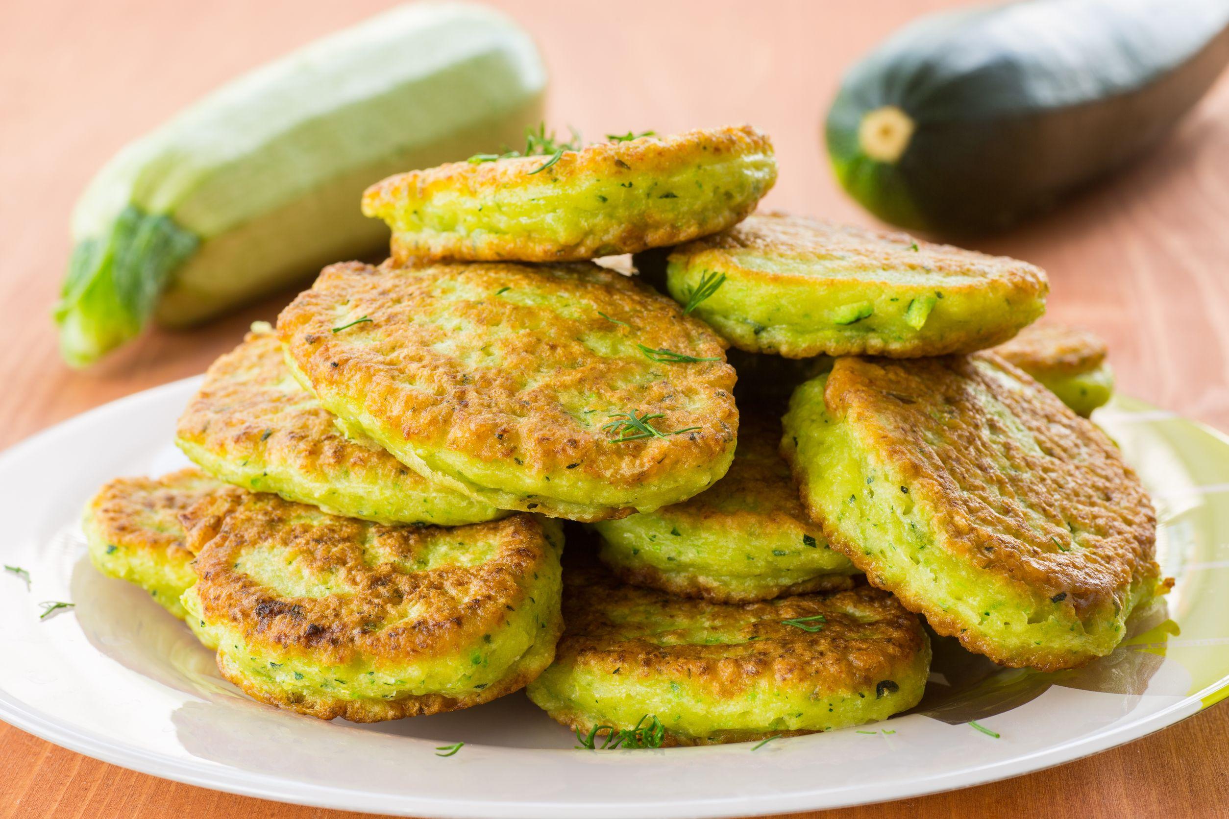 Овощные диетические оладьи из кабачков. Полезные рецепты в духовке и на сковороде