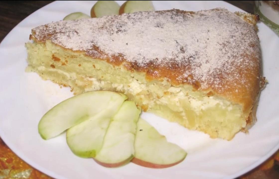 Заливной пирог, сделанный с добавлением кефира, можно подавать в качестве десерта или полноценного обеда.