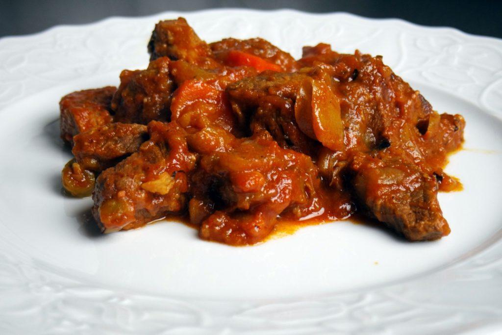 Гуляш из свинины с подливкой с морковью рецепт с фото пошагово